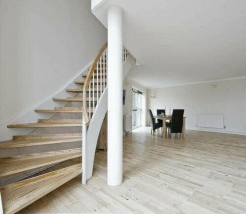 Eine Säule in der Mitte eines Wohnzimmers darf im Wohndesign nicht unberührt bleiben. Wenn du sie stattdessen in der gleichen Farbe wie deine Wände streichst, wird die Aufmerksamkeit von ihr abgelenkt.