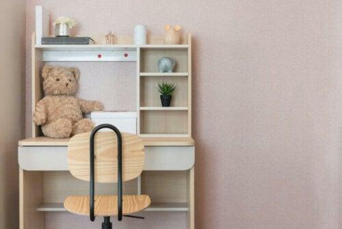 Die Kinderzimmermöbel sollten auch ein Schreibtisch- und Stuhlset einschließen.