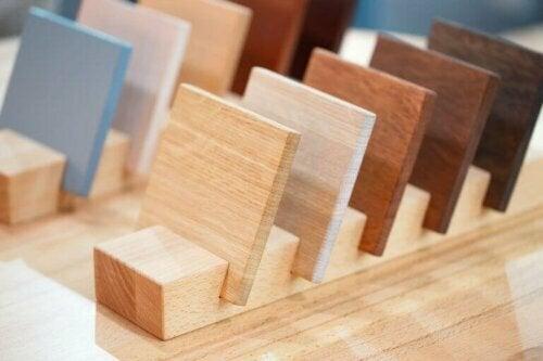 Es gibt zwei Holzgruppen: Nadelholz, wie Kiefer oder Tanne und Hartholz, wie Buche, Walnuss oder Eiche.
