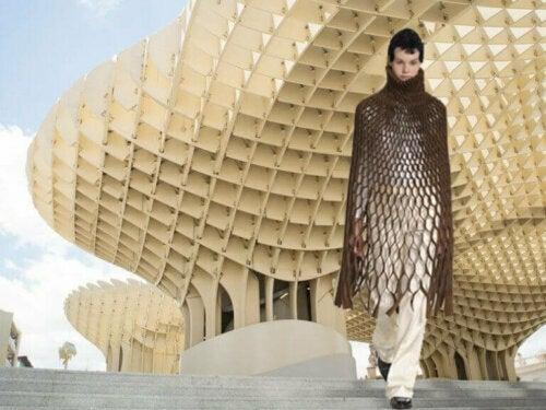 Viktoria Lytra ist eine griechische Architektin, die eine Reihe von Kleidern entworfen hat, die die Beziehung zwischen Architektur und Mode untersuchen.