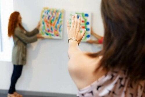 Ob groß oder klein, Gemälde, Drucke und Fotos können für deine Wohnkultur wahre Wunder wirken lassen.