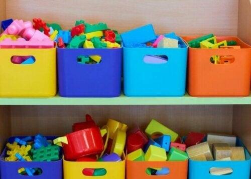 Bunte Spielzeugkisten sorgen für Ordnung im Kinderzimmer