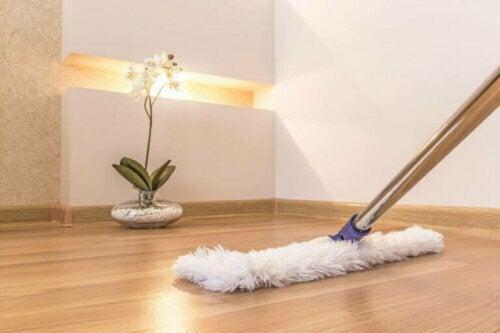 Fußabdrücke und Flecken auf deinem Boden entfernen