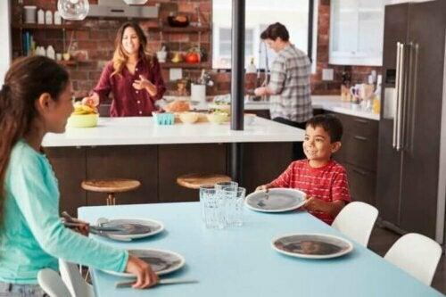 Kinder beim Tischdecken