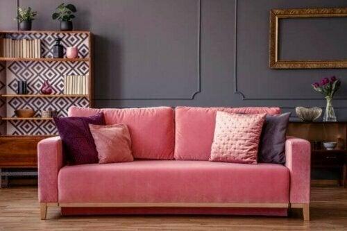 Ein rosafarbenes Samtsofa ist ideal für eine schicke Wohnkultur