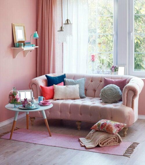Ein rosafarbenes Dekor: rosa Sofa