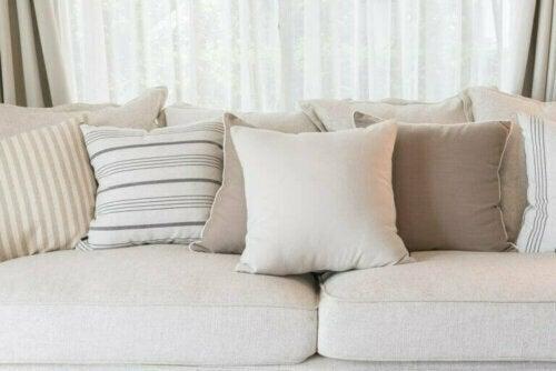 Die Kombination heller Farben kann einen Raum größer wirken lassen