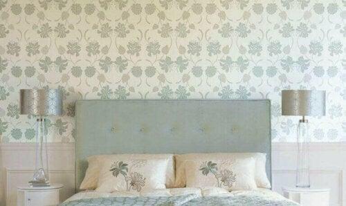 Die Dekoration mit Tapeten – Schlafzimmer mit Blumentapete