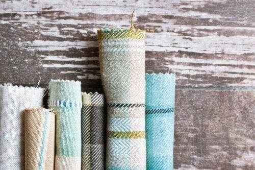 Stoffe kommen in einer Vielfalt von Farben und Mustern