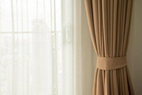 Voile-Vorhänge in Kombination mit schweren Vorhängen