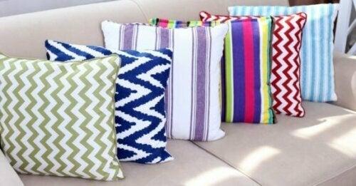 Kombination von Kissen mit verschiedenen Mustern