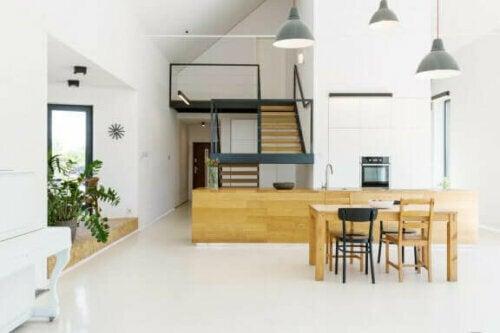 Ein offener Wohnraum auf verschiedenen Ebenen