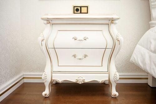 Stattlicher weißer Nachttisch mit Golddetails