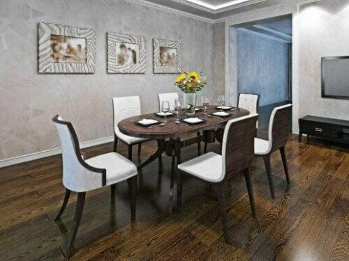 Ovaler Esstisch mit weißen Stühlen