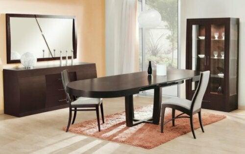 Ovaler Esstisch mit zentralem Tischbein