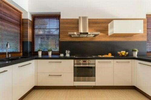 U-förmige Küche mit Holzverkleidung