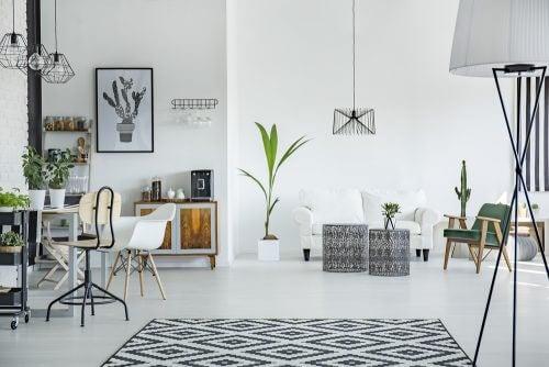 Ein Wohnzimmer mit separaten Bereichen
