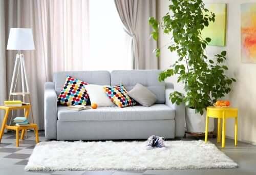 graue Wohnzimmer - bunte Accessoires