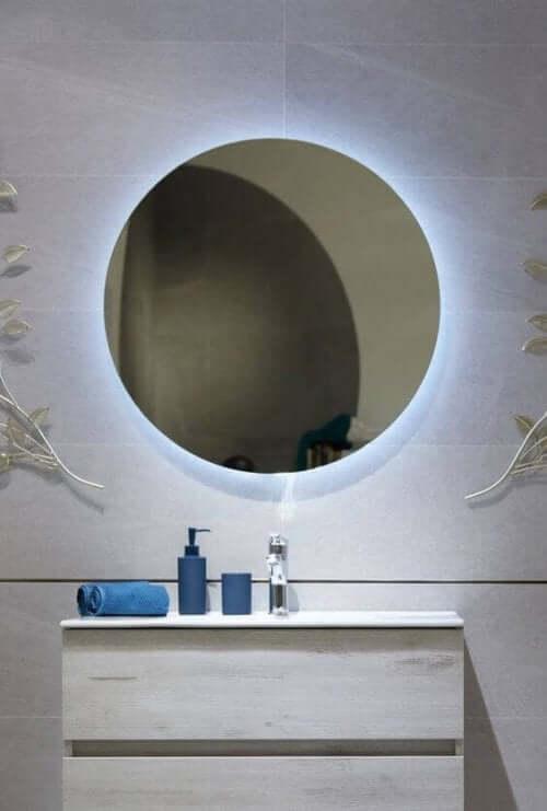 Ein Badezimmerspiegel mit indirekter Beleuchtung