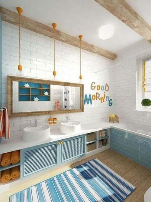 Kinderbad in Himmelblau und Weiß