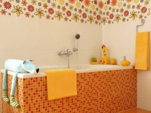 Ein Kinderbad gestalten: wichtige dekorative Elemente