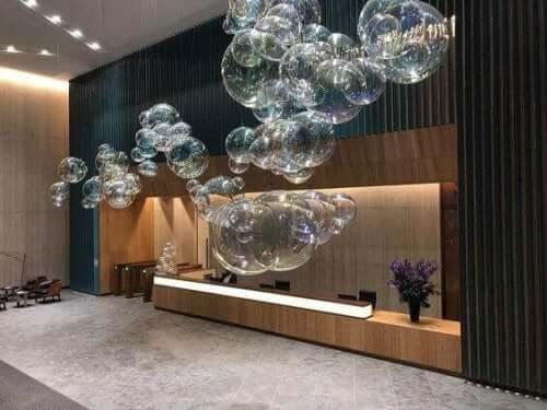 Seifenblasen: ein dekoratives Element, das Innenräume belebt