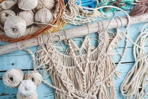 Makramee besteht aus dem Verknoten von Schnüren in einem Muster