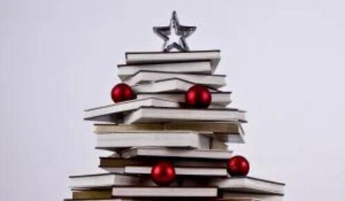 Bücher als Weihnachtsbaum