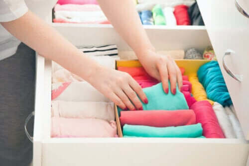 Tricks, um deinen Kleiderschrank zu organisieren