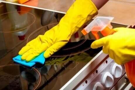 Eine Küche, die im Allgemeinen sauber gehalten wird, ist einfach zu reinigen