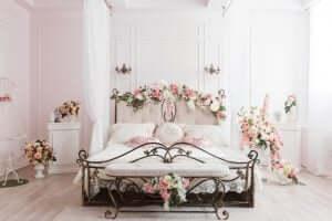 sinnliche Note im Schlafzimmer - Eisenbett mit Rosen