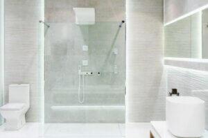 Glasdusche in weißem Bad