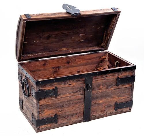 Baúl de madera antiguo con remaches metálicos en los bordes y esquinas