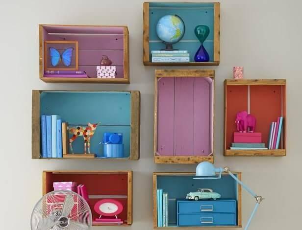Cajas de madera como estanterías.