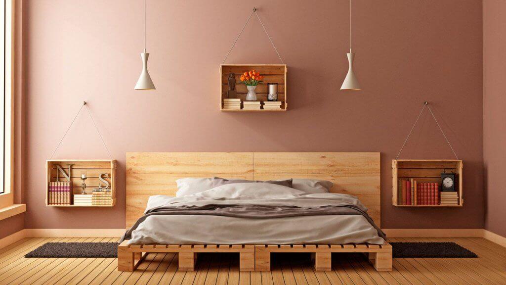 Cajas de madera como mesillas.