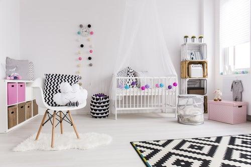 Habitación infantil que contiene un baúl rosa