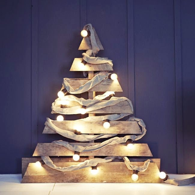 Árbol de Navidad hecho con las láminas de un palé, se ha decorado con luces y telas