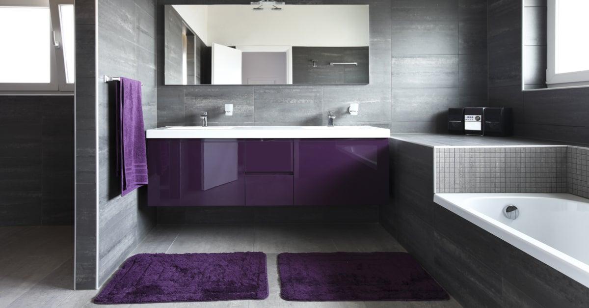 Baño de estilo moderno con elementos decorativos en morado