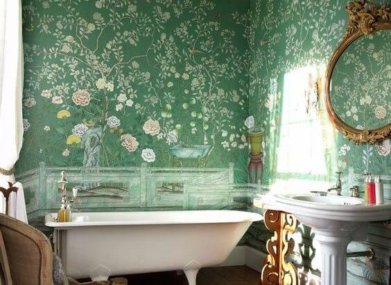 Baño con una pared de pintura al temple.