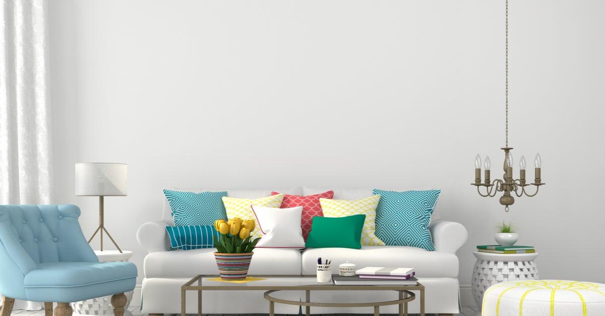 Cojines coloridos sobre un sofá en blanco
