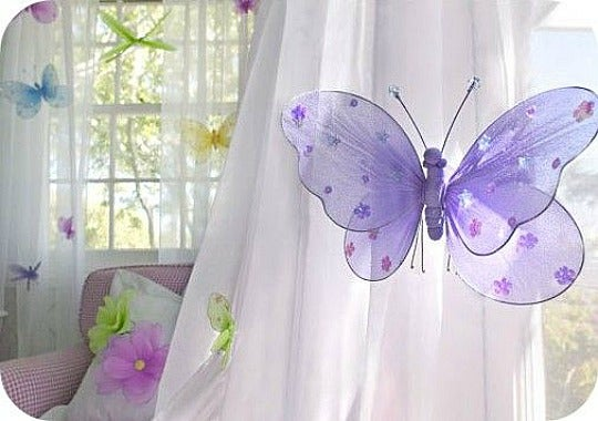 Cortinas con mariposas colgadas mediante pinzas