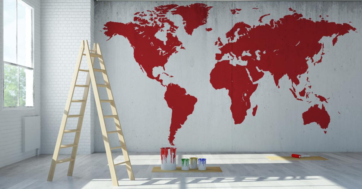 Pared decorada con un mapamundi pintado en rojo