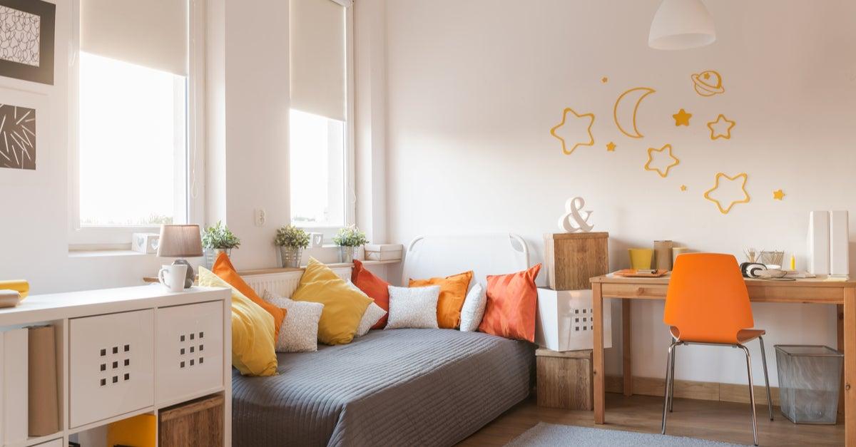 Decoración de una habitación en tonos naranjas y amarillos para niña adolescente