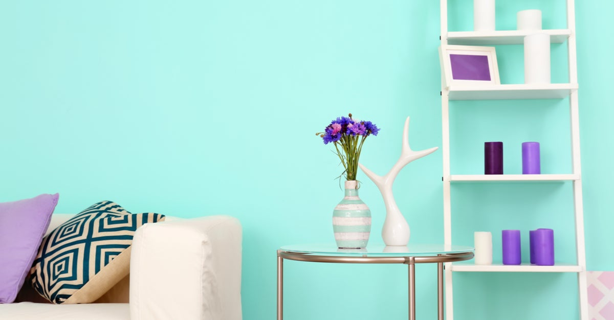 Habitación decorada con detalles en lila siguiendo el principio de armonía