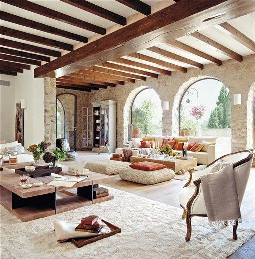 Decoración del interior de una casa de campo con colores cálidos
