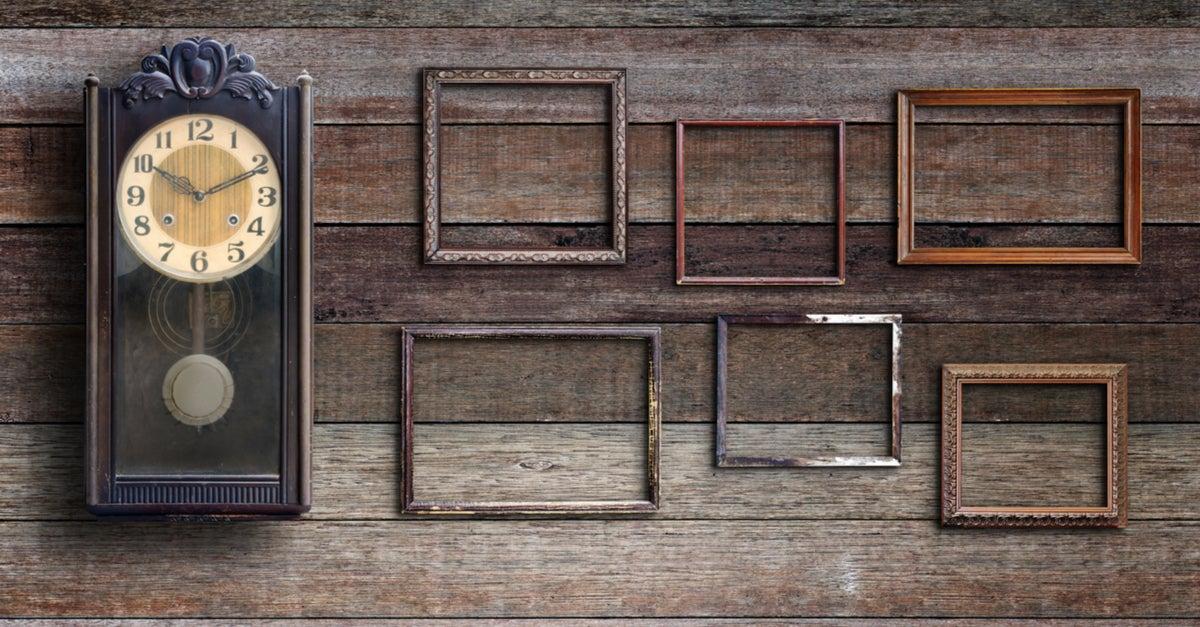 Reloj y marcos de fotos estilo vintage con fondo en madera