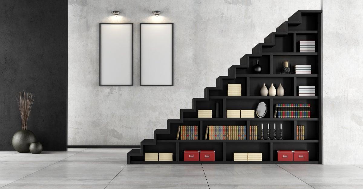 Escalera negra con estantería por la parte de abajo