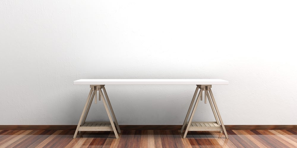 Escritorio con caballetes y tablón de madera en blanco