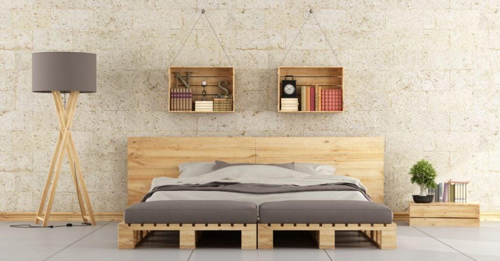 Habitación hecha con palés: cabecero, estantería, somier, lámpara y mesillas.