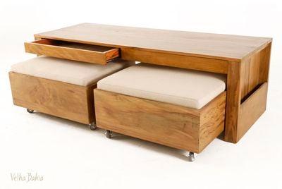Mesa con banquetas debajo en madera y tapizado en blanco